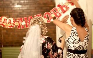 Украсить подъезд шариками. Украшение подъезда на свадьбу. Идеи по декорированию и оформлению. Сердце из бумажных роз